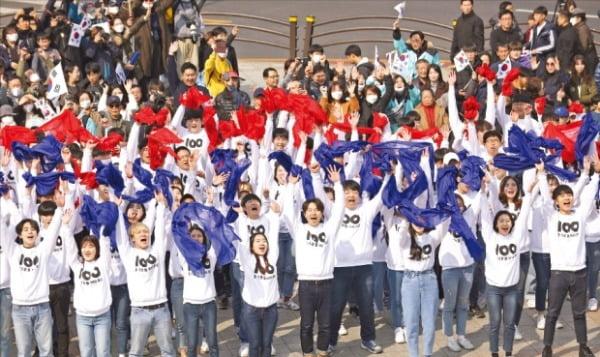 지난해 3·1운동 100주년 기념행사에서 시민들이 '대한민국 만세'를 외치고 있다.  연합뉴스