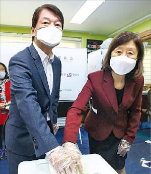 아내와 함께 안철수 국민의당 대표(왼쪽)가 부인 김미경 씨와 함께 서울 상계동 투표소에서 투표함에 투표 용지를 넣고 있다.  연합뉴스