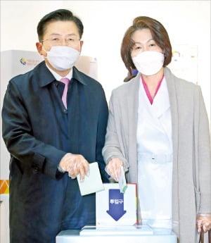 마스크 쓰고 황교안 미래통합당 대표(왼쪽)와 부인 최지영 씨가 서울 대학로 동성고에 설치된 투표소에서 투표하고 있다.  연합뉴스