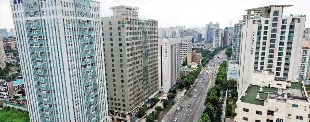 정부가 오피스텔 등 집합건물 재건축 허가 요건을 완화하기로 했다. 서울 마포구 공덕역 일대 오피스텔 밀집지역.  /한경DB