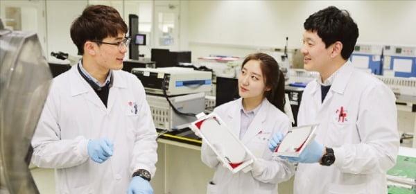 LG화학은 전기차 배터리 세계 1위 달성을 위해 매년 3000억원이 넘는 자금을 R&D에 투자하고 있다.  LG화학  제공