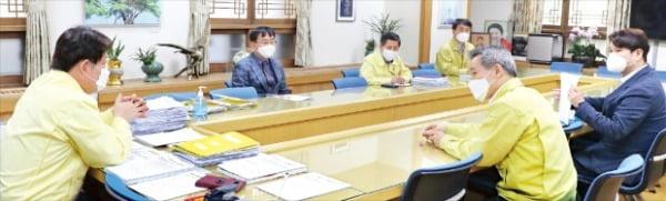 김신우 대구시 감염병관리지원단장(왼쪽 두 번째)과 김종연 부단장(맨 오른쪽)이 권영진 시장(맨 왼쪽)과 함께 대책회의를 하고 있다.  대구시 제공