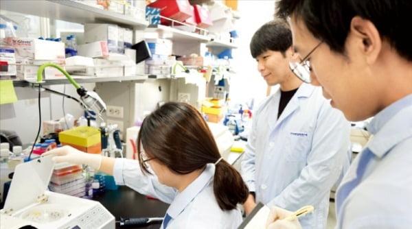 한국생명공학연구원 연구원들이 혈액에서 순환종양세포를 추출하고 있다.  한국생명공학연구원 제공