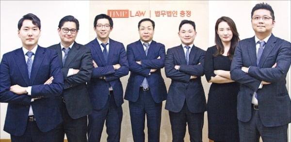 왼쪽부터 고민석, 정진혁, 이세연, 백영기, 김한솔, 김민지, 석지윤 변호사.  충정 제공