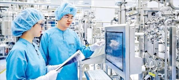 인천 송도에 있는 삼성바이오로직스 3공장에서 연구원들이 의약품 제조 공정을 살펴보고 있다. 이 회사는 최근 코로나19 치료제를 개발 중인 미국 바이오기업 비어바이오테크놀로지로부터 4400억원 규모의 의약품 생산 주문을 받았다.  삼성바이오로직스 제공