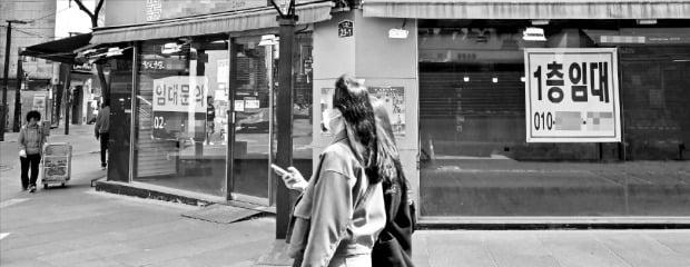 코로나19 피해가 실물경제로 확산되고 있다. 23일 서울 인사동 거리 곳곳에 상가 임대 안내문이 나붙어 있다.  /김영우 기자 youngwoo@hankyung.com