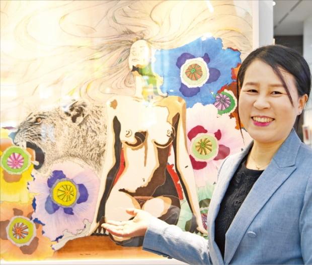 양옥경 작가가 한경갤러리에 전시된 '빅 데이터 #3'를 설명하고 있다. 신경훈 기자 khshin@hankyung.com