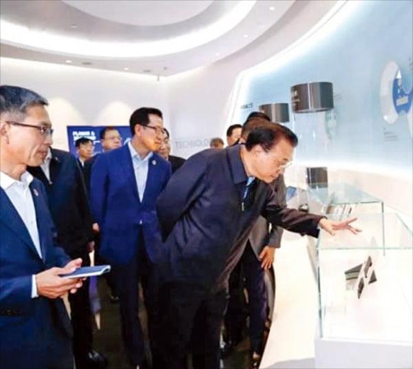 리커창 중국 총리(오른쪽)가 지난해 10월 산시성 시안의 삼성전자 반도체 공장을 방문해 전시 제품을 살펴보고 있다.  한경DB