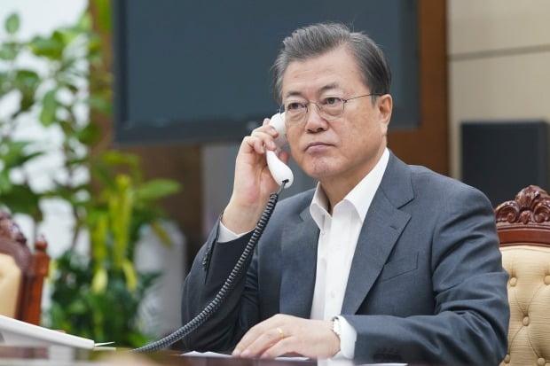 문재인 대통령이 6일 오전 청와대 여민관에서 마르틴 비스카라 페루 대통령과 전화 통화하고 있다. 사진=청와대 제공