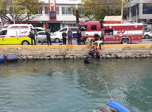 울산해경, 장생포항 해상에 빠진 70대 남성 등 2명 구조