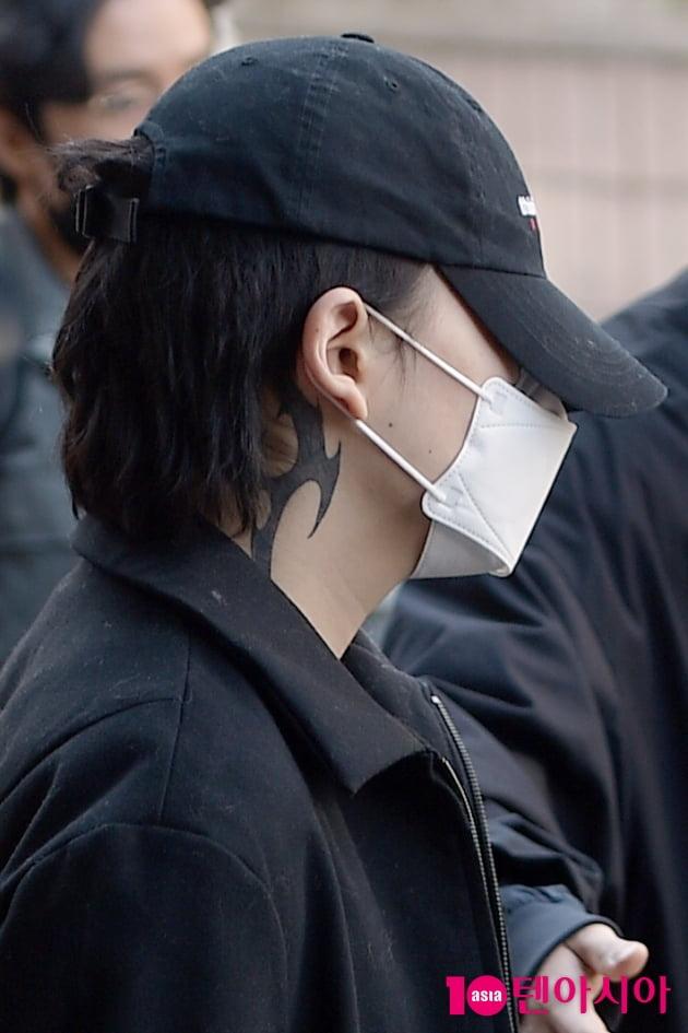 [현장에서] 장제원 아들 노엘, 첫 재판 출석…얼굴 꽁꽁 감추자 문신만 부각