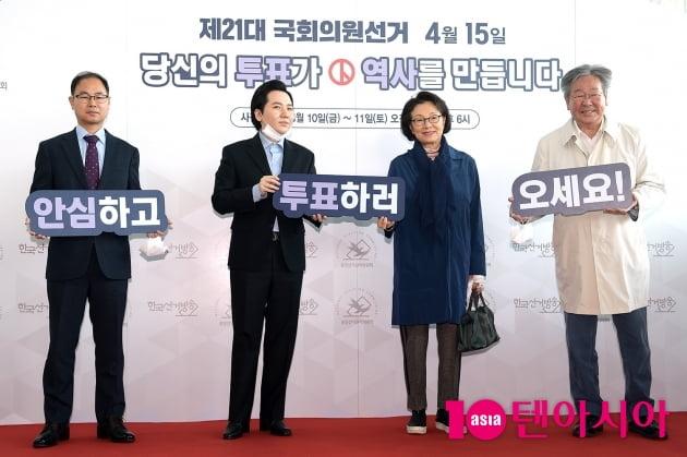 [TEN 포토] '투표 독려하는 김민자-최불암 부부'