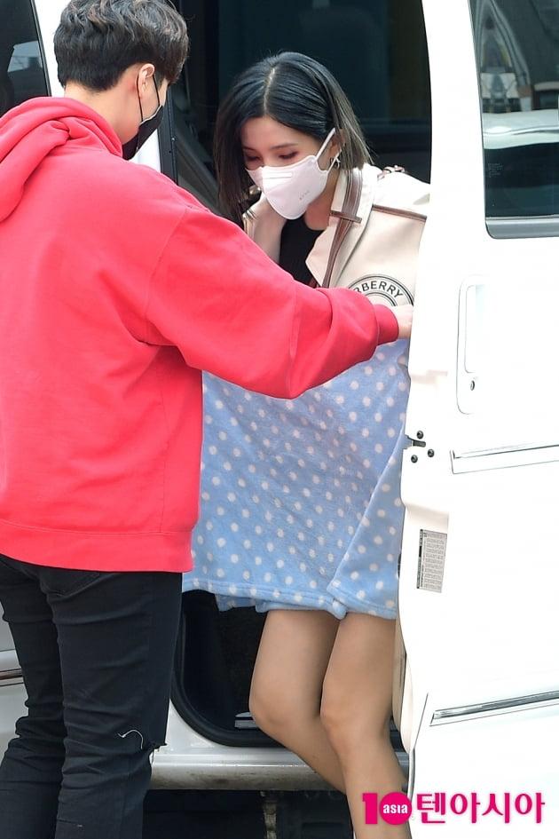 [TEN 포토] 여자아이들 소연 '짧은 바지때문에…메니저 SOS'