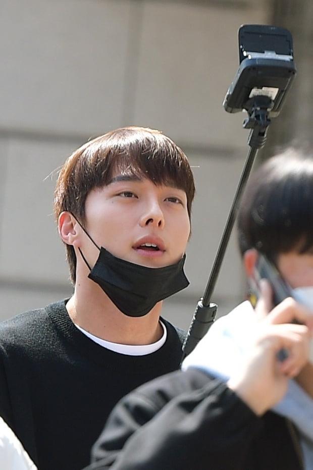 [TEN 포토] 장기용 '마스크 반만 쓰고 휴대폰 삼매경'