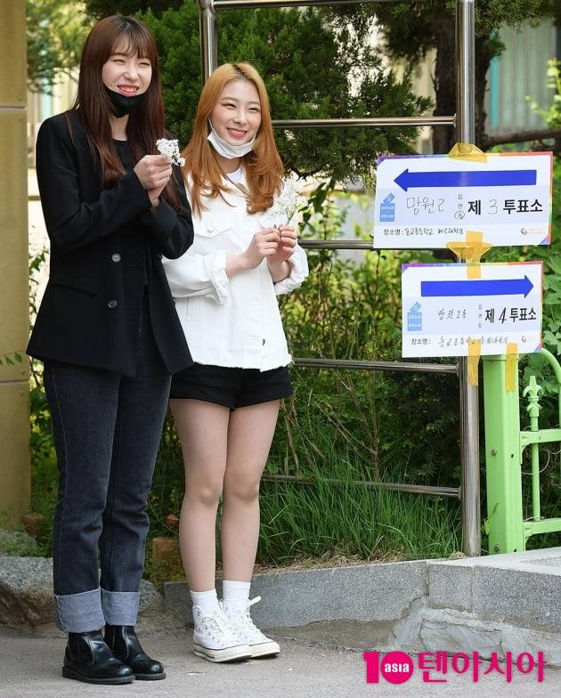 [TEN 포토] 로켓펀치 수윤X윤경 '투표소 앞에서 활짝'