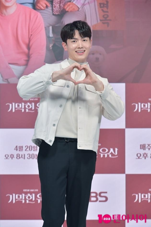 [TEN 포토] '기막힌 유산' 박신우 '애교 하트'