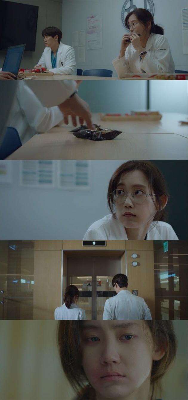 '슬기로운 의사생활'에서 신현빈과 유연석의 러브라인에 시청자들의 궁금증이 커지고 있다. / 사진=tvN 방송 캡처