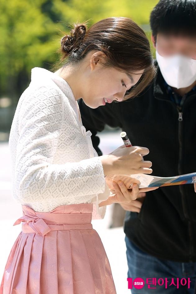 [TEN 포토] 김소혜 '친절한 사인'