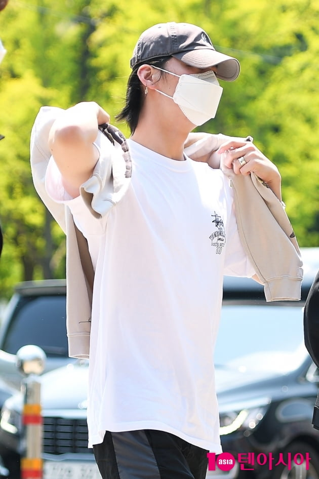 [TEN 포토] 갓세븐 JB, '얼굴 꽁꽁 감춘 출근길'