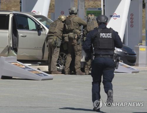 """""""캐나다 남동부 총기난사로 최소 10명 사망"""" [AP]"""