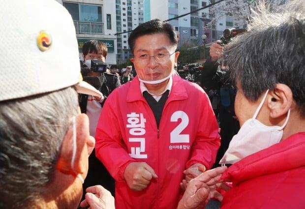 황교안 미래통합당 대표가 3일 자신이 출마하는 서울 종로구 창신2동 거리에서 유권자들과 만나 대화하고 있다. /사진=연합뉴스