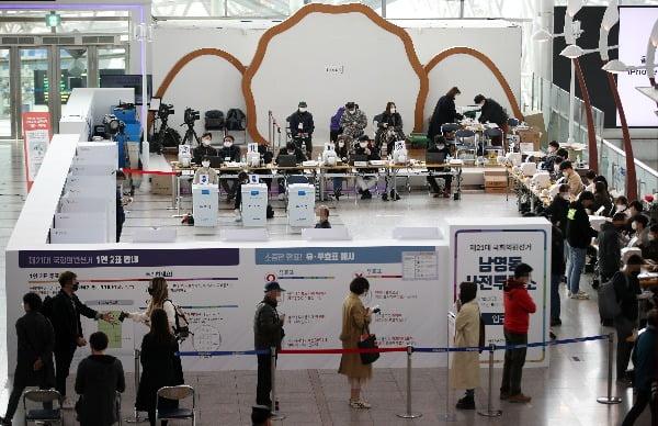 제21대 국회의원선거 사전투표 마지막 날인 지난 11일 오전 서울역에 마련된 남영동 사전투표소에서 시민들이 투표하기 위해 줄을 서고 있다/사진=연합뉴스