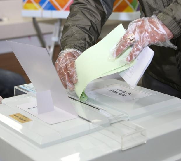 제21대 국회의원 선거일인 15일 오전 청주시 흥덕구 복대2동 제1투표소에서 한 유권자가 투표용지를 투표함에 넣고 있다. /사진=연합뉴스