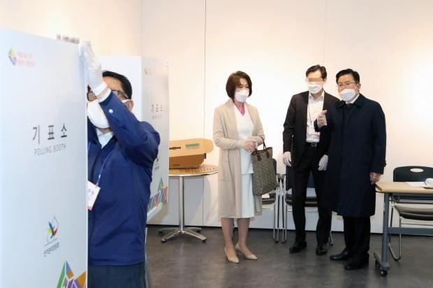 황교안 후보가 15일 서울 종로구 혜화동 제3투표소에 설치된 기표소에 가림막이 없다고 항의하자 관계자가 가림막을 설치하고 있다. /사진=연합뉴스