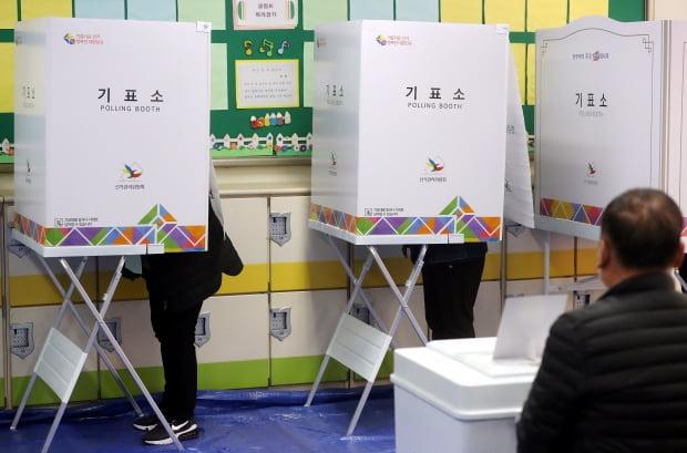 제21대 총선 투표일인 15일 오전 경기도 부천시 부천일신초등학교에 마련된 범안동 제7투표소에서 유권자들이 기표하고 있다. /사진=연합뉴스
