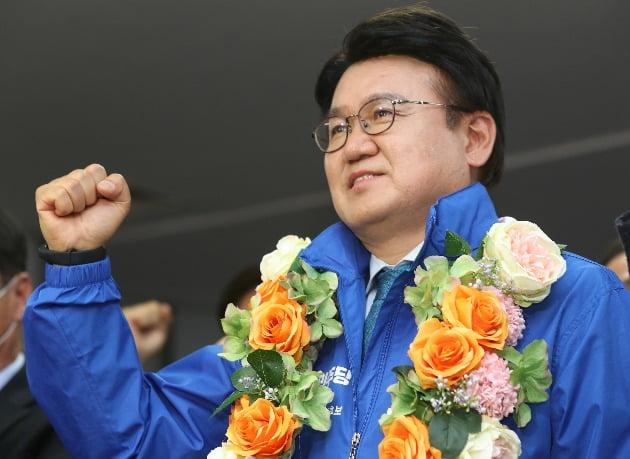 16일 오전 대전시 중구 더불어민주당 황운하 후보 사무실에서 황후보가 당선이 확정되자 꽃다발을 받고 주먹을 불끈 쥐고 있다. 사진=연합뉴스
