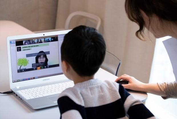 지난 20일 초등학교 1학년에 입학한 어린이가 엄마와 함께 노트북을 통해 온라인 입학식을 하고 있다. /사진=연합뉴스