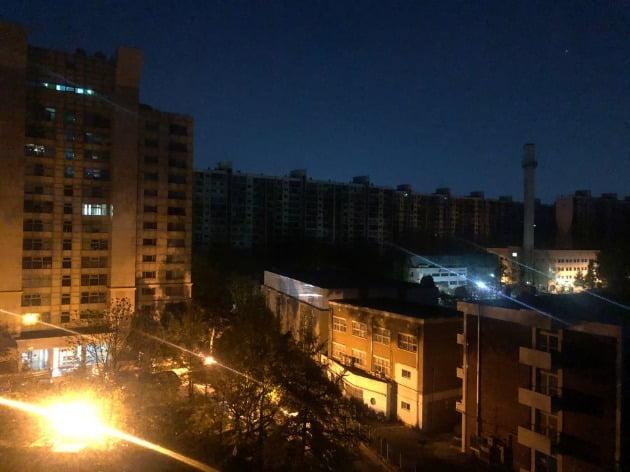 24일 오전 4시 40분께 서울 강남구 압구정 현대아파트 3076세대에 전기 공급이 끊겼다.사진=연합뉴스