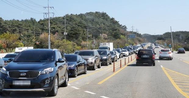 지난 26일 나들이객 귀가 차량으로 꽉 막힌 안면도 도로. /사진=연합뉴스