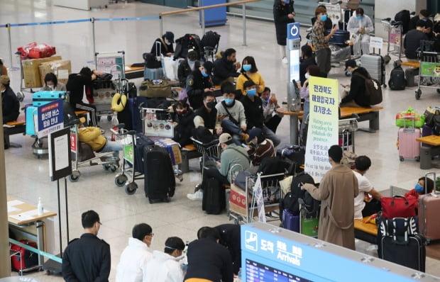 1일 인천국제공항 제1여객터미널에서 신종 코로나바이러스 감염증(코로나19) 무증상 입국자들이 전용 공항버스를 타기 위해 대기하고 있다.  사진=뉴스1