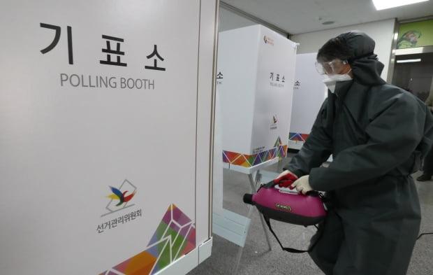 제21대 국회의원 선거를 하루 앞둔 14일 한 투표소에서 방역업체 관계자가 소독 작업을 하고 있다. 사진=뉴스1