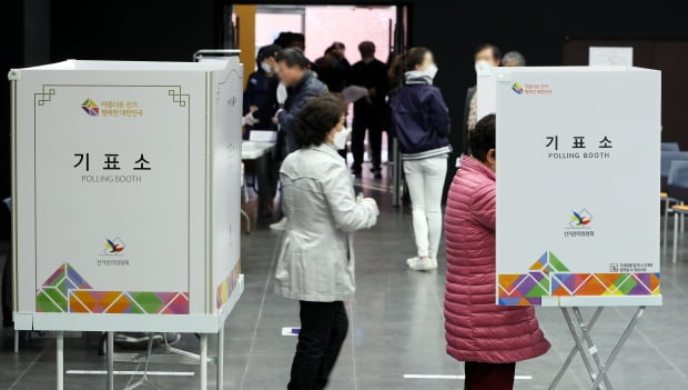 제21대 국회의원선거일인 15일 오전 서울 용산구 중부기술교육원에 마련된 한남 제3투표소에서 유권자들이 투표를 하고 있다. /사진=뉴스1
