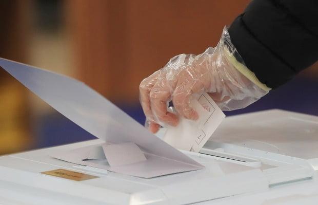 제21대 국회의원선거일인 15일 비닐장갑을 착용한 유권자가 투표를 하고 있다. 사진=뉴스1