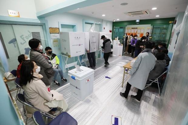 제21대 국회의원 선거일인 15일 서울 광진구 군자어린이집에 마련된 투표소에서 시민들이 투표를 하고 있다. /사진=뉴스1