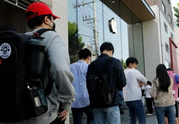 아이폰SE 사전예약이 시작된 지난 29일 오후 서울 강남구 가로수길 애플스토어 앞에 고객이 줄 서 있다.사진=뉴스1