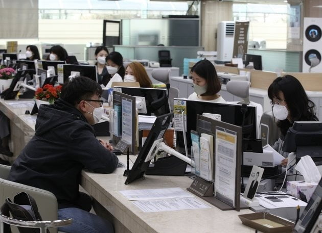 18일부터 은행 지점에서 소상공인 대상의 이른바 2차 '코로나 대출'과 중앙정부 긴급재난지원금의 신용·체크카드 수령 접수가 시작된다. 서울시내의 한 시중은행 창구에서 한 고객이 대출 상담을 받고 있다. 뉴스1