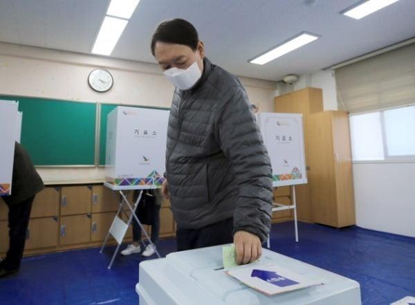 윤석열 검찰총장이 제21대 국회의원선거일인 4월 15일 오전 서울 서초구 원명초등학교에 마련된 투표소에서 투표를 하고 있다. 사진=뉴스1