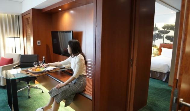 서울 삼성동 인터컨티넨탈 서울 코엑스는 2개 객실을 하나로 연결한 케넥팅룸을 포함한 '패밀리 겟어웨이' 패키지로 프라이빗 호캉스족 모시기에 나섰다. / 인터컨티넨탈 서울 코엑스 제공.