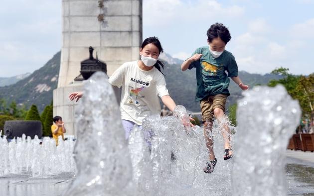 황금연휴, 광화문 광장 분수서 물놀이