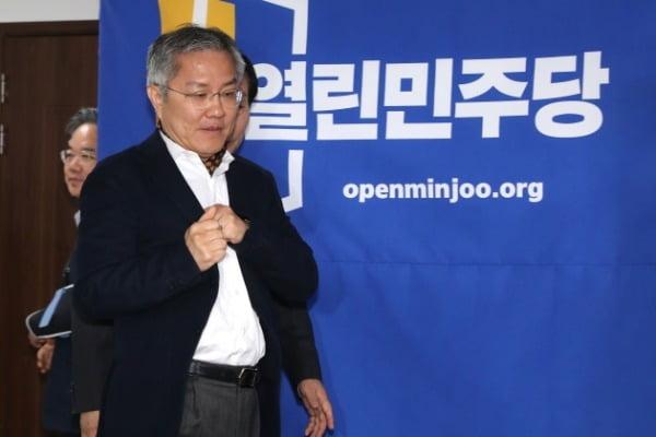 최강욱 열린민주당 비상대책위원장이 지난달 22일 서울 여의도 중앙당사에서 열린 비상대책위원회 회의에 참석하고 있다. /사진=뉴스1