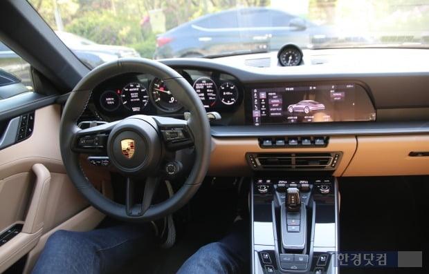 포르쉐 신형 911 실내에는 복잡하게 달렸던 버튼이 대폭 줄어들었다. 사진=오세성 한경닷컴 기자