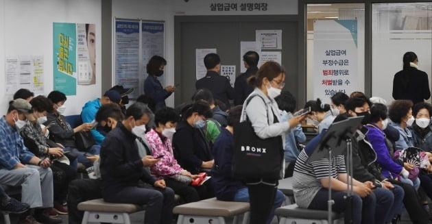 신종 코로나바이러스 감염증 확산으로 지난달 취업자 수가 21년 2개월 만에 가장 큰 폭으로 감소했다. 13일 오전 서울 마포 서부고용복지플러스센터에서 구직자들이 실업급여설명회장에 들어가기 위해 기다리고 있다. 김범준기자 bjk07@hankyung.com