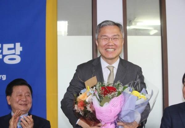 열린민주당 최강욱 신임 당 대표가 지난 12일 서울 여의도 당사에서 축하 꽃다발을 받고 있다. /사진=연합뉴스