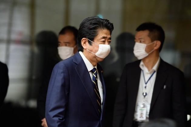 아베 신조 일본 총리가 14일 도쿄 총리관저에서 신종 코로나바이러스 감염증(코로나19) 긴급사태의 부분 해제와 관련한 기자회견을 마친 뒤 마스크를 착용한 채 회견장을 떠나고 있다. 2020-05-14 [사진=EPA 연합뉴스]