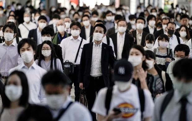 일본 전역에 신종 코로나바이러스 감염증(코로나19) 대응을 위해 긴급사태가 선포된 가운데 14일 도쿄 시나가와 역이 마스크를 쓴 통근자들로 붐비고 있다. 아베 신조 일본 총리는 이날 기자회견을 열어 전국 47개 도도부현(都道府縣) 광역지역 가운데 도쿄와 오사카 등 8곳을 제외한 39곳의 긴급사태를 해제하기로 결정했다고 밝혔다. 2020-05-14 [사진=EPA 연합뉴스]