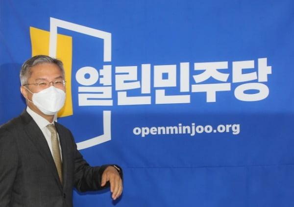 최강욱 열린민주당 대표가 지난 12일 서울 여의도 당사에서 당선 인사를 하기 위해 입장하고 있다. /사진=연합뉴스